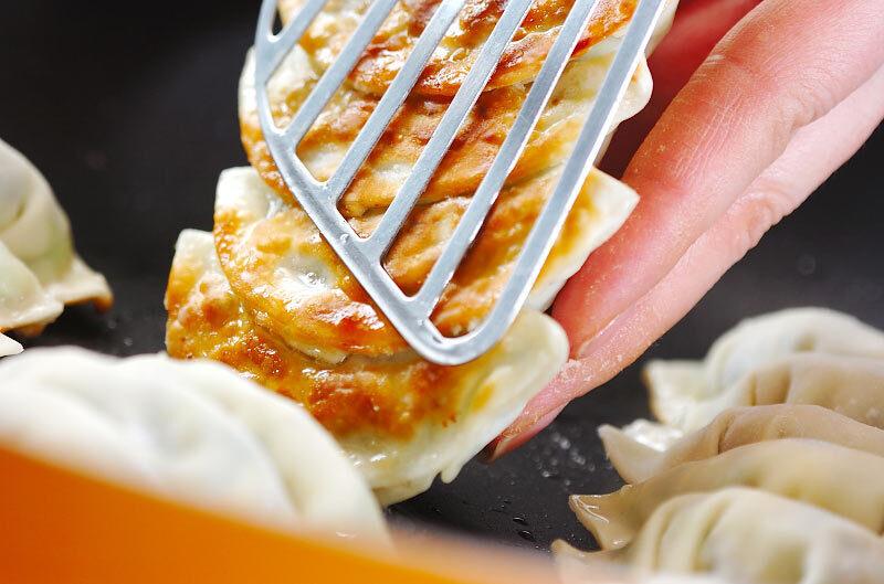 冷凍餃子の活用術☆焼き方のポイントとアレンジレシピ