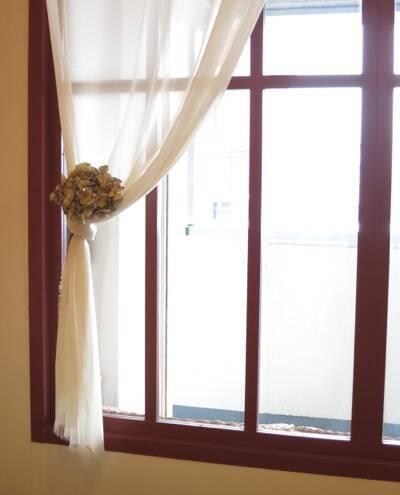 シンプルな白いカーテンに、アーティシャルフラワー(造花)をつけるだけで、オシャレ感200%アップ!
