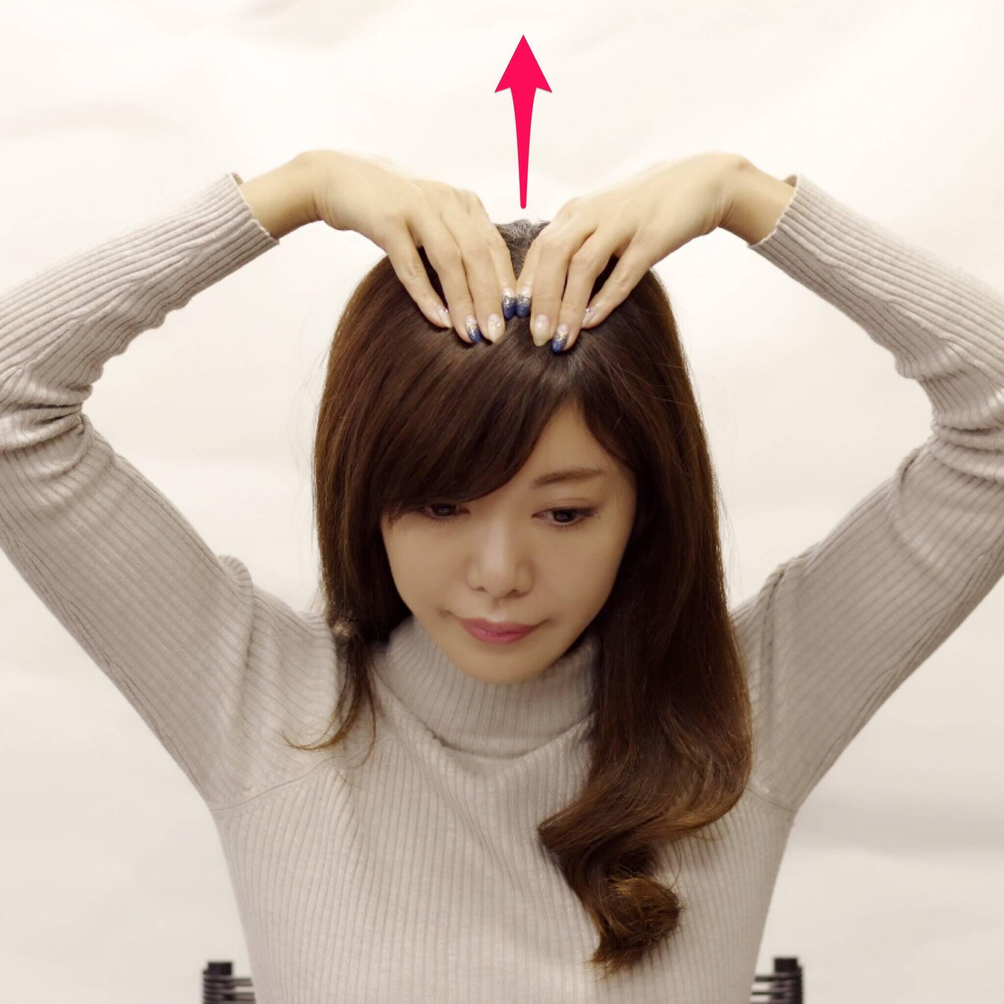 3. 生え際に指を置き、後ろに向って筋肉を引き上げます。