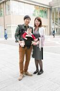 【family snap!】パパの抱っこで家族デート♡ 外食が楽しくなる、ママの必需品って?
