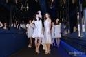 土屋アンナ&中条あやみ、ドレスで美脚披露 鏡空間をランウェイウォーク