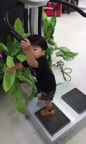 【おもしろキッズ動画】ダイエットマシンの上で震えまくる子どもが可愛すぎる♪