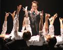 市村正親が実在するCEO役をエネルギー全開で好演。舞台『エンロン』、開幕