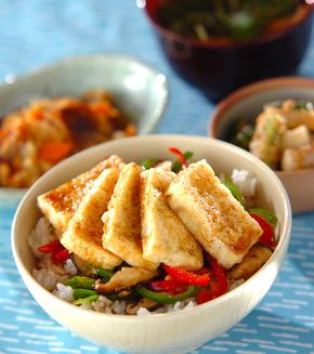 揚げ豆腐の丼の献立