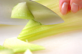 セロリとトマトのサラダの下準備1