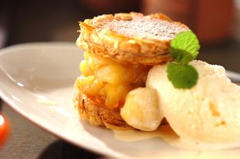 パイではさんだリンゴのカラメリゼ バニラアイス添え