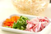 豚肉とモヤシの照り焼き炒めの下準備1