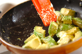 トマトとアボカドのマヨ炒めの作り方1