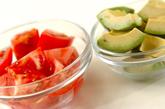 トマトとアボカドのマヨ炒めの下準備1