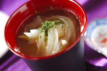 薄切り玉ネギのスープ