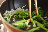 カブの葉とチリメンジャコの炒め物の作り方1