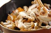 鮭とキノコのマヨしょうゆ炒めの作り方1