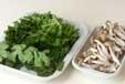 菊菜とシメジのサッと煮の下準備1