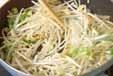 モヤシとイカのゴマ炒めの作り方1