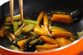 野沢菜と柿の炒め物の作り方1