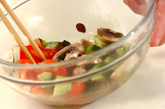 トマトとレタスのスパイシーサラダの作り方1