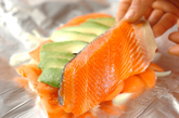 蒸し鮭のサワーソースとアンチョビキャベツの作り方1
