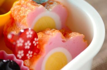 カマボコ(ウズラの卵の水煮入り)