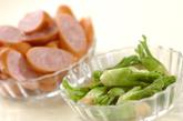 タラの芽とソーセージの粒マスタード炒めの作り方1