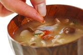 豚肉とシメジのみそ汁の作り方2
