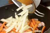 ジャガイモとインゲンのカレー風味の作り方1