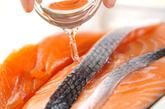 鮭のハーブ焼きの下準備1