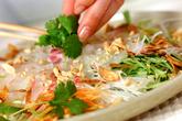 白身魚と香菜のサラダの作り方1