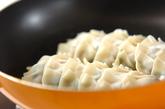 白菜たっぷりの焼き餃子の作り方3