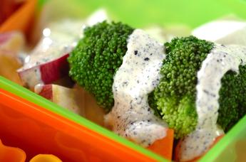 蒸し野菜の黒ゴママヨサラダ