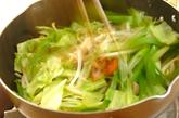 10分で!野菜炒めのせしょうゆラーメンの作り方4