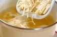 玉ネギとエノキのみそ汁の作り方1