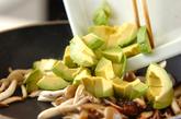 キノコとアボカドのナンプラー炒めの作り方2