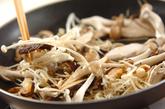 サバとキノコのピリ辛炒めの作り方1