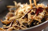 サバとキノコのピリ辛炒めの作り方2