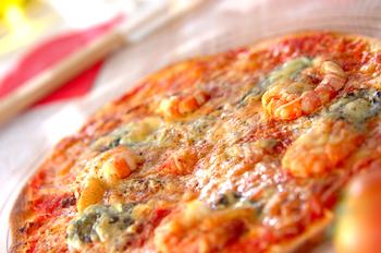 トマトとエビのピザ