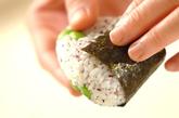 枝豆とユカリのおにぎりの作り方2