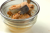 鮭缶とセロリの酢の物の下準備1