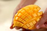 ミルクカンとマンゴーのデザートの下準備1
