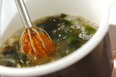 玉ネギとワカメのみそ汁の作り方1