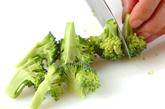 ブロッコリーとツナのカレー炒めの下準備1