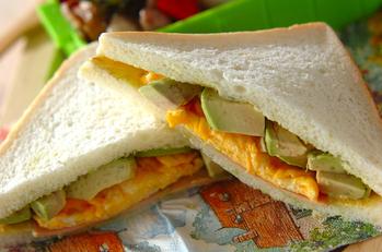 卵とアボカドのサンドイッチ