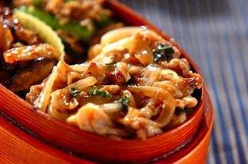 豚と玉ネギの麺つゆ炒め丼