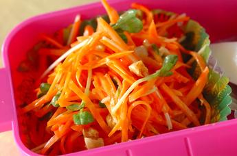 ニンジンと貝われ菜のナッツサラダ