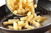 マカロニのケチャップ炒めの作り方1
