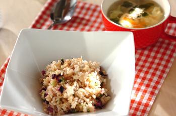 玄米を使った和風チャーハンとワカメスープ