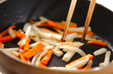 塩もみ大根とニンジンの炒め物の作り方2