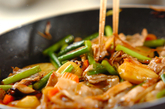 豚肉とニンニクの芽のオイスター炒めの作り方2