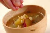 サツマイモと天かすのみそ汁の作り方2