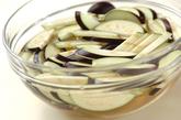 ナスとチーズの炒め物の下準備1