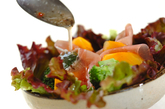 柿と生ハムのサラダの作り方1